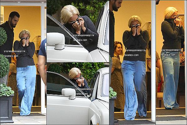 22/05/15 : Lady Gaga se cachant a été vue quittant un salon de cosmétiques à Beverly Hills.