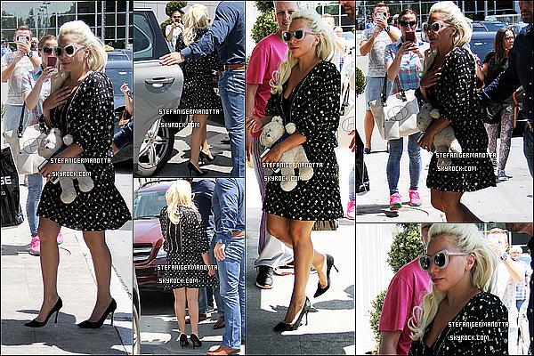 07/06/15 : Lady Gaga, accompagnée de Taylor Kinney, a été aperçue dans les rues de Zlatibor.