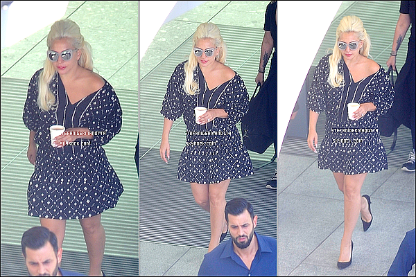 07/06/15 : Lady Gaga a été vue à son atterrissage à l'aéroport international Heathrow à Londres.