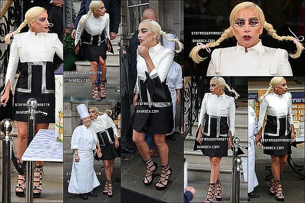 10/06/15 : L'extravagante chanteuse Lady Gaga a été aperçue quittant son hôtel situé à Londres.