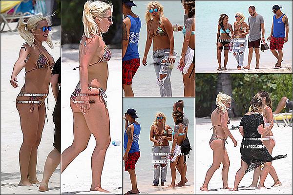 14/06/15 : Lady Gaga a été vue prenant du bon temps sur la plage de Nassau dans les Bahamas.