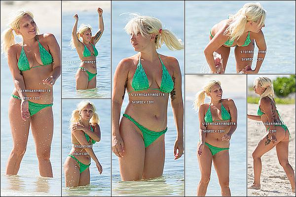 17/06/15 : Lady Gaga a de nouveau été photographiée sur la plage de Nassau dans les Bahamas.