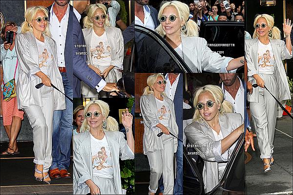20/06/15 : Lady Gaga de nouveau sortait de son appartement avec sa chienne Asia à New York.