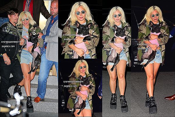 22/06/15 : Lady Gaga a été promenée Asia et a pris des photos dans les rues de New York.