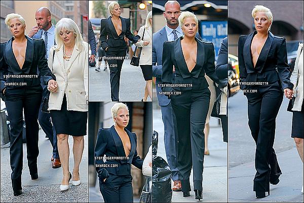 24/06/15 : Lady Gaga accompagnée de sa mère Cynthia ont été vues dans les rues de New York.
