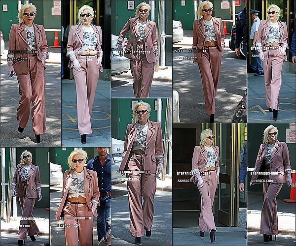 25/06/15 : Lady Gaga a été aperçue sortant de son appartement, dans la journée, à New York.