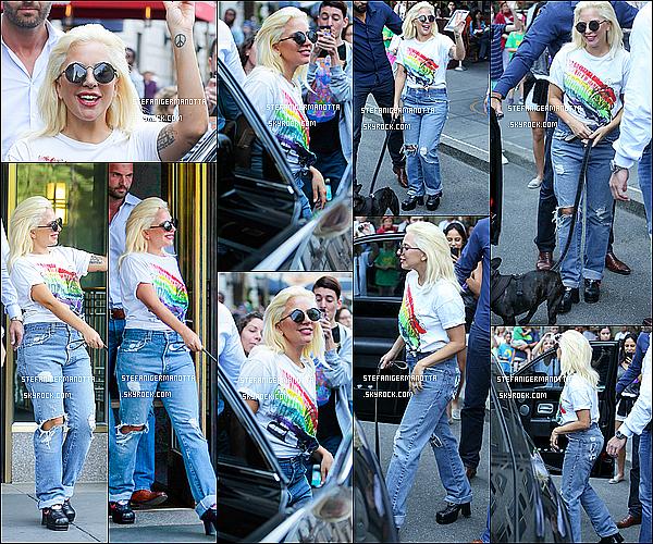 26/06/15 : Lady Gaga est sortie de son appartement aux couleurs de la cause gay à New York.