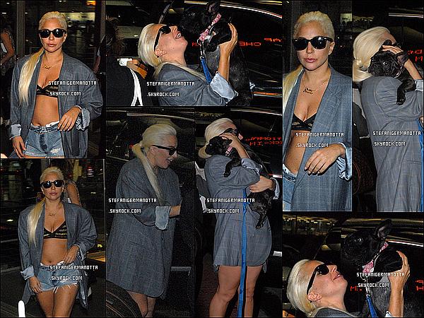 18/07/15 : Lady Gaga a retrouvé Asia à l'aéroport de Chicago, elle est de retour aux Etats-Unis.