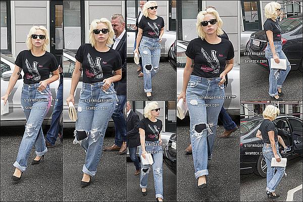 09/07/15 : Lady Gaga a été aperçue sortant de son cours de gym et de pilates à Copenhague.
