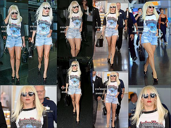 06/10/15 : Lady Gaga a commencé sa journée marathon par son arrivée à l'aéroport JFK de NY.
