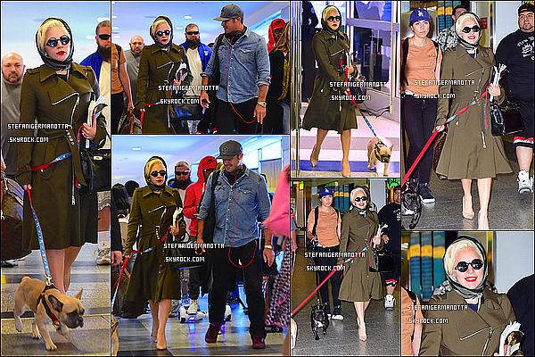 10/10/15 : Lady Gaga a été vue arrivant non pas à l'aéroport JFK mais LaGuardia à New York.