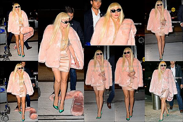 12/10/15 : Lady Gaga, pour continuer le tournage d'ahs, a été vue arrivant à l'aéroport LAX à L-A.