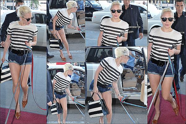 01/11/15 : Lady Gaga et ses deux chiens Asia et Koji étaient à l'aéroport LAX de Los Angeles.