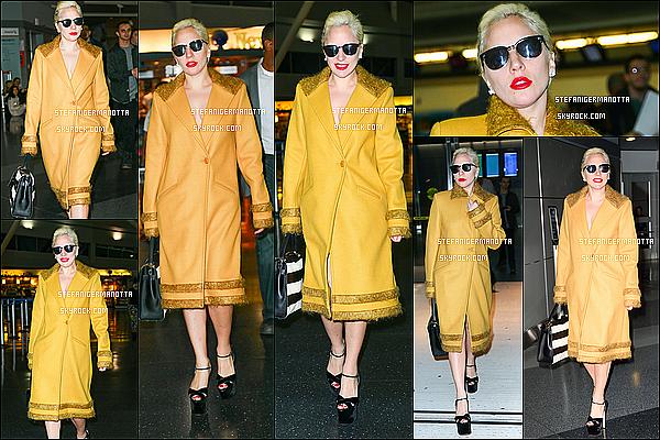 02/11/15 : Lady Gaga a été photographiée sortant de son appartement dans la ville de N-York.