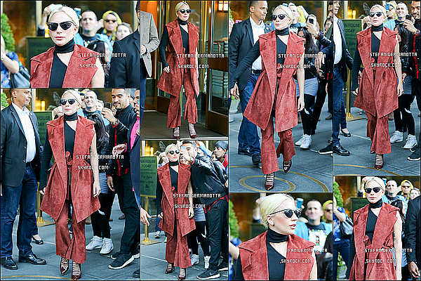 03/11/15 : Lady Gaga a été aperçue de nouveau sortant de son appartement dans New York.