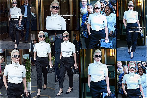 04/11/15 : Lady Gaga enchaîne les sorties de son appartement, destination inconnue à New York.