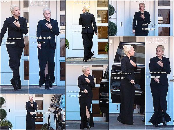 20/11/15 : Lady Gaga a été photographiée sortant du salon de beauté Epione à Los Angeles.