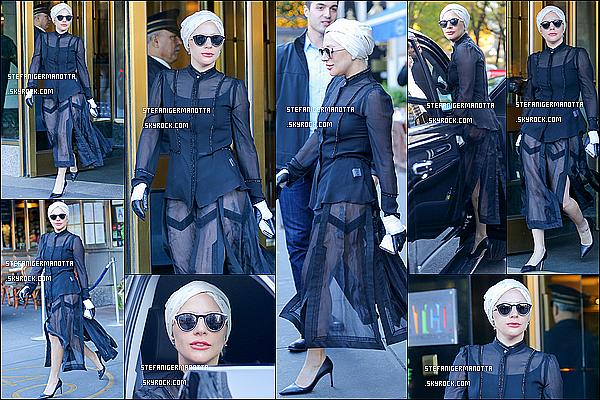 21/11/15 : Lady Gaga a été vue, au cours de la journée, sortant de son appartement à New York.
