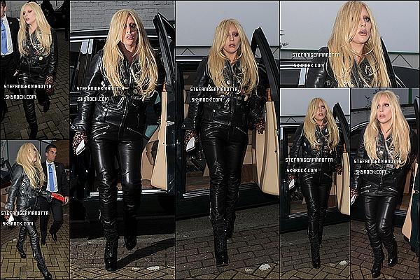 23/11/15 : Lady Gaga a été vue sortant d'un studio d'enregistrement dans la nuit à Londres, UK.