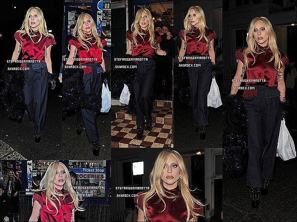 24/11/15 : Dans la soirée, Lady Gaga a été aperçue à la sortie d'un supermarché dans Londres.