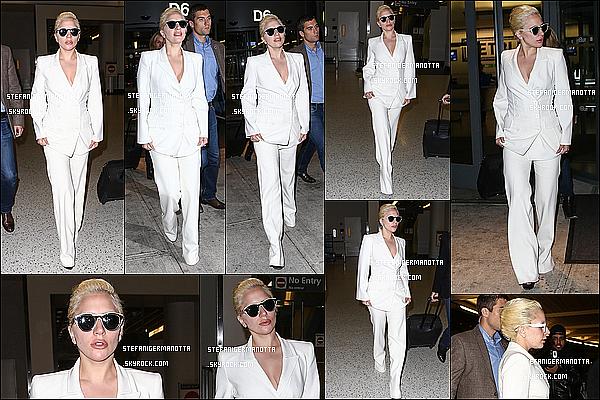 09/12/15 : Lady Gaga a été aperçue arrivant à l'aéroport JFK, après un long vol, à New York.