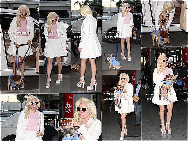 24/12/15 : Lady Gaga a été aperçue arrivant à l'aéroport international « LAX » avec Koji à L-A.
