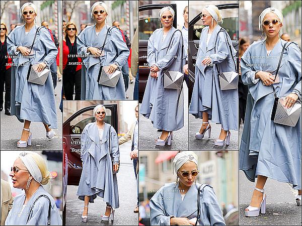 25/12/15 : Lady Gaga se rendant dans une bijouterie -dernier achat de Noël?- à New York.