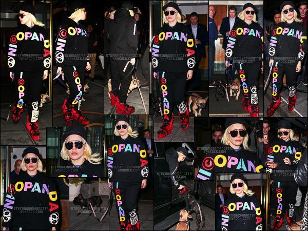 19/02/16 -Lady Gaga  a été vue sortant de son appart' et allant à la rencontre de ses fans - New-York. Gaga qui est à New-York pour la Fashion Week, portait une tenue décontractée. Les chaussures sont vraiment bizarres je n'accroche pas