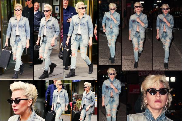 03/05/16 - L'américaine Lady Gaga a été photographiée alors qu'elle sortait de son appartement - NY. Plus tard dans la soirée, Stefani G. a été vue dans les rues de the Big Apple ( New York ). J'aime bien sa tenue dans l'ensemble, un top