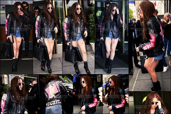 05/05/16 - La brunette Lady Gaga a été aperçue, une nouvelle fois, sortant de son appartement  - à NY. J'aime beaucoup ce changement capillaire, ça lui va très bien. Miss Gaga a aussi de vilains bleus comme elle avait en tournée ... ouutch !