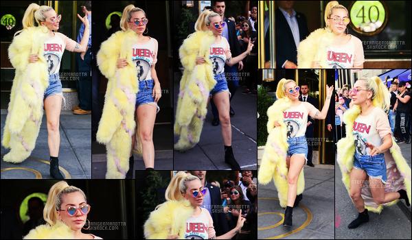 11/05/16 - Lady Gaga a été aperçue comme d'habitude, à la sortie de son appartement situé à New York Côté tenue, la belle Stefani était toute en couleurs. Une tenue assez gaga sans être excentrique comme on l'a connait, j'adhère, un beau top