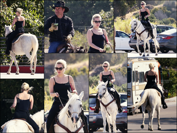 23/05/16 - Lady Gaga a été aperçue faisant une randonnée avec sa jument blanche Arabella à Malibu.  Gaga est donc de retour dans son ranch, ça ne peut que lui faire du bien, rappelant qu'elle travaille actuellement sur son nouvel album