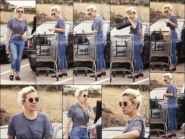 """05/06/16 - Lady Gaga a été aperçue à la fin de sa sortie """"course"""", toujours dans Malibu, en Californie.  Côté tenue, rien d'extravagant pour la chanteuse, ce qui est plutôt normal quand elle décide de prendre du bon temps dans son ranch."""