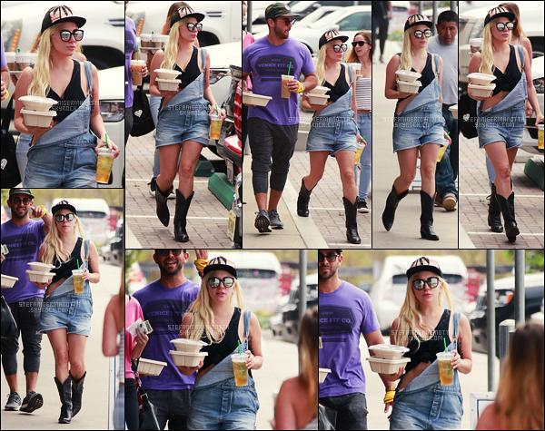 30/06/16 - La chanteuse Lady Gaga accompagnée d'amis, a été photographiée dans les rues de Malibu.   Pas de Lady, pas de Gaga en vue, juste Stefani. Elle portait une petite salopette, un t-shirt noué, des bottes de cow-boy et une casquette