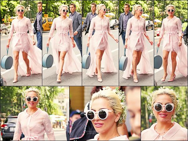 24/07/16 -  La chanteuse Lady Gaga a été vue se rendant au baptême de la fille de Brian Newman à N-Y.   La lady a fait un saut à New York pour le baptême de la petite fille de son trompettiste et ami Brian Newman. Je suis fan de la tenue choisie