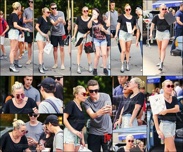 25/07/16 -  En début de journée, Lady Gaga a été repérée quittant son appartement - à New York City.  Lady Gaga portait une tenue qui lui ressemble beaucoup maintenant. J'aime bien ce genre de tenue assez simple, c'est donc un joli top