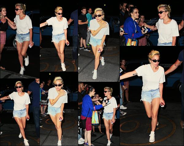 25/07/16 -  Dans la soirée, Lady Gaga a été photographiée rentrant à son appartement dans New York.  Je préfère cette tenue à celle précédement portée dans la journée même si je l'aimais déjà bien. Par contre les lunettes sont pas géniales