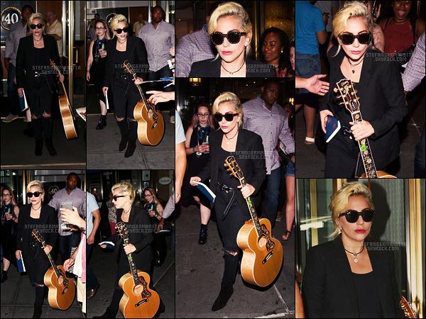 26/07/16 -  Lady Gaga a été repérée alors qu'elle quittait son appartement situé dans The Big Apple.  Les sorties de Gaga sont de nouveau au rendez-vous, on ne peut en être que ravis ! Que nous vaut cette guitare? Un aller en studio?