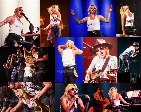 """28/07/16 - Lady Gaga a performé au cours de la « Democratic National Convention » - à Philadelphie.  Le concert était en """" l'honneur """" d'Hillary Clinton qui a été officiellement annoncée dans la course à la présidence pour les démocrates"""