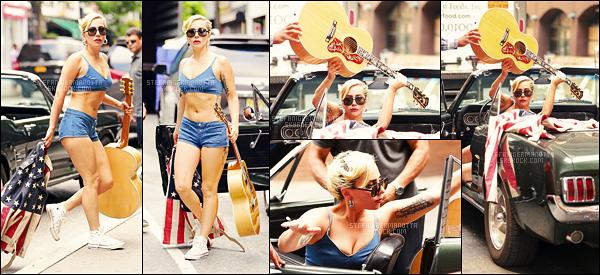 31/07/16 - Lady Gaga a été aperçue alors qu'elle se rendait dans un studio d'enregistrement à New York.  Gaga travaille sur son album LG5. Tenue très et trop courte pour la chanteuse ! Je ne suis pas vraiment fan et vous, qu'en pensez-vous ??
