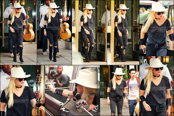 01/08/16 - Lady Gaga a été photographiée quittant sa demeure située au coeur de la ville de New York.  Plus tard dans la soirée, elle a été aperçue à la sortie, une nouvelle fois, du studio d'enregistrement. J'ai vraiment hâte d'en savoir plus.