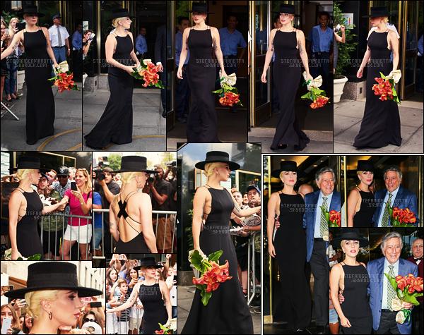 03/08/16 - Un bouquet de fleurs à la main, Lady Gaga  sortait de son appartement dans New York City.  Nous l'avons retrouvé quittant l'appartement de Tony Bennett, après lui avoir remis son bouquet, pour l'anniversaire de celui-ci, à NY.