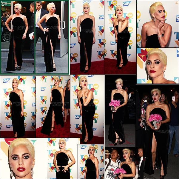 03/08/16 -  Lady Gaga quittant un studio puis foulant le tapis rouge de la fête d'anniversaire de Tony à NY.  En fin de soirée, la popstar a été photographiée de retour à son appartement de New York. Côté tenue, plutôt top ou flop la robe noire ?