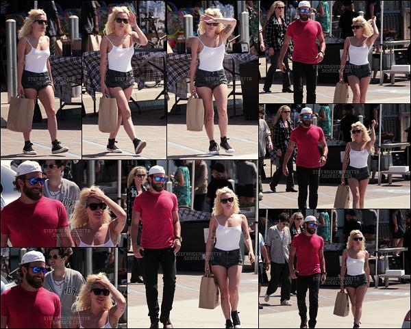 01/09/16 - Dans la même journée, Lady Gaga se promenait dans les rues avec Bradley Cooper - Malibu.  De nouveau avec son grand ami, Stefani G. avait l'air sereine, quelques jours seulement avant la sortie de son single « Perfect Illusion ».