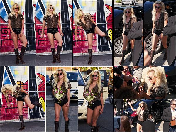 08/09/16 - La somptueuse Lady Gaga a été photographiée dans les rues de la capitale allemande, Berlin.  Dans la même journée, la popstar s'est aussi rendue à la Mercedes Benz Arena et a signé des autographes dès son arrivée, à Berlin, DE