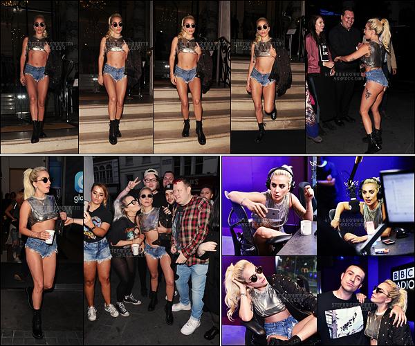 09/09/16 - Lady Gaga a été vue sortant de son hôtel puis sortant des studios de Capital FM à Londres.  Dans sa longue journée marathon Interview, la Lady a été entre autre chez The Radio 1 Breakfast Show, toujours dans Londres ...