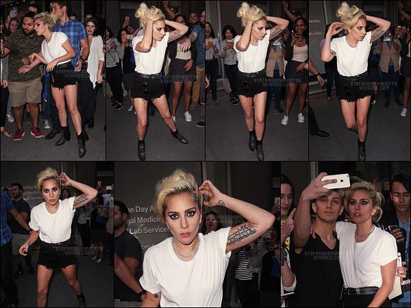 16/09/16 - Dans la soirée, Lady Gaga a été aperçue quittant un studio d'enregistrement dans New York.  L-G s'est prêtée à des photos avec des fans qui l'attendaient à la sortie. C'était normalement la dernière séance de finissions de Joanne !