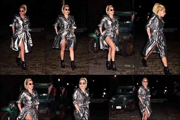 19/09/16 - Dans la soirée, Lady Gaga a été photographiée dans les rues de la ville de New York City, NY.  Elle avait décidé de porter une tenue un peu plus originale que ces derniers jours par ce grand manteau argenté, ça passe ou ça casse ??