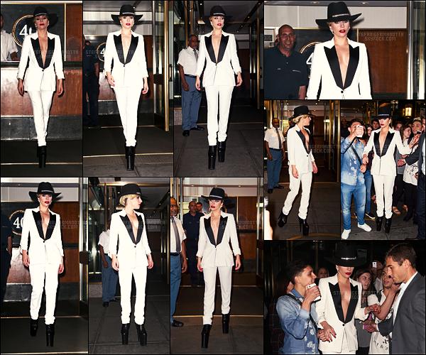 22/09/16 - Lady Gaga a été photographiée entrain de sortir de son appartement situé dans New York.  Lady Gaga nous ressort un style de look qu'elle a beaucoup aimé portée en 2015, un peu de nostalgie! Je trouve le make-up superbe !