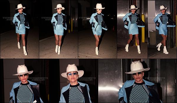 18/10/16 - Lady Gaga a été photographiée quittant un studio d'enregistrement situé à New York City.   Une tenue assez originale pour notre mother monster, qui traîne encore en studio à quelques jours de la sortie de Joanne son album.